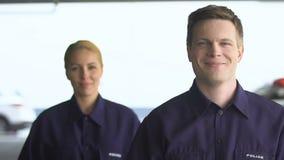 Дружелюбный мужчина и женские патрульные офицеры смотря к кулачку, trustful коллеги акции видеоматериалы