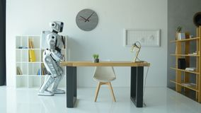 Дружелюбный робот развевая пока работающ в офисе акции видеоматериалы