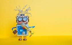 Дружелюбный робот с микрофоном, песней петь Дизайн плаката представления лекции по музыки Игрушка киборга стороны Smiley, желтая Стоковое фото RF