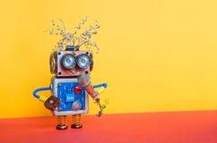 Дружелюбный робот эстрадного артиста с микрофоном Дизайн плаката представления лекции по музыки Игрушка киборга стороны Smiley, ж Стоковые Изображения RF