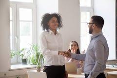 Дружелюбный CEO (главный исполнительный директор) повышая награждать поздравляющ succ handshaking Стоковое Изображение RF