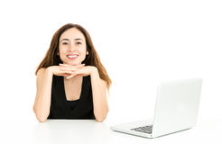 Дружелюбная бизнес-леди сидя на офисе Стоковые Фотографии RF
