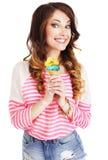 Дружелюбная женщина держа мороженое и усмехаться стоковая фотография