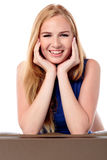 Дружелюбная очаровательная молодая женщина стоковое изображение