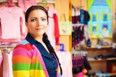 Дружелюбная персона продаж на магазине ` s детей Стоковая Фотография RF