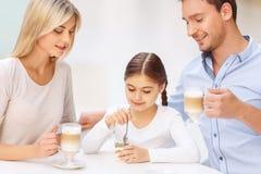 Дружелюбная семья сидя в кафе Стоковая Фотография RF