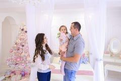 Дружелюбная семья счастливо тратя время совместно и имея потеху я Стоковые Фото