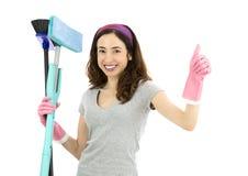 Дружелюбная уборщица давая большие пальцы руки вверх Стоковые Изображения