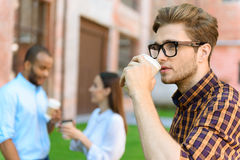 Дружелюбные коллеги имея перерыв на чашку кофе Стоковое Изображение