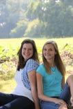 Дружелюбные счастливые девочка-подростки в парке Стоковая Фотография