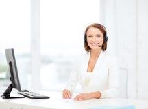 Дружелюбный женский оператор линии для помощи с компьютером стоковое изображение