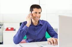 Дружелюбный исполнительный говорить телефоном на офисе Стоковое Изображение RF