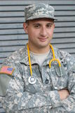 Дружелюбный молодой воинский доктор в форме Стоковые Фотографии RF