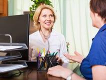Дружелюбный доктор советуя с женским пациентом Стоковое фото RF