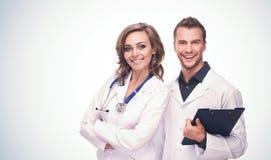 Дружелюбный усмехаться мужские и женские доктора стоковое фото rf