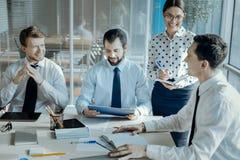 Дружные коллеги проводя встречу в положительном настроении Стоковое Фото