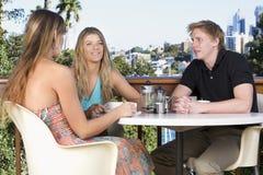 друзья балкона беседуя Стоковые Фото