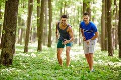 Друзья бежать через лес Стоковое Изображение RF
