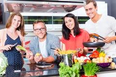 Друзья варя макаронные изделия и мясо в отечественной кухне Стоковое Фото
