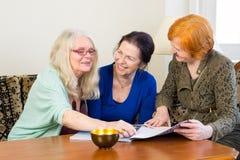 Друзья взрослых женщин беседуя на жилой площади Стоковое Фото