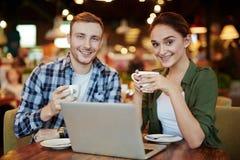 Друзья вися вне в уютном кафе Стоковое Фото