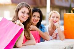 Друзья вне ходя по магазинам Стоковые Изображения