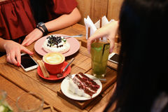 Друзья встречи в кафах и пироге вишни кондитерскаи заказа, mer Стоковая Фотография