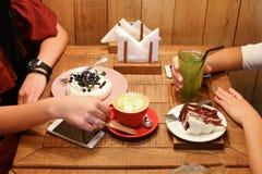 Друзья встречи в кафах и пироге вишни кондитерскаи заказа, mer Стоковое Изображение