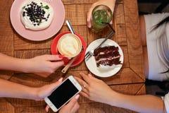 Друзья встречи в кафах и пироге вишни кондитерскаи заказа, mer Стоковые Фотографии RF