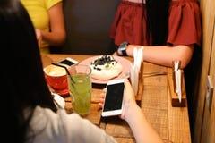 Друзья встречи в кафах и пироге вишни кондитерскаи заказа, mer Стоковые Изображения RF