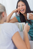 Друзья выпивая кофе и имея болтовню Стоковое фото RF