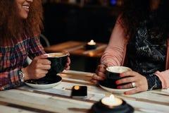 Друзья выпивая кофе на кафе Стоковые Изображения RF