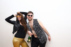 Друзья выпивая спирт от бутылки и представляя на партии Стоковые Изображения