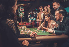 Друзья высшего класса играя в азартные игры в казино Стоковое Изображение