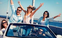 Друзья в автомобиле с откидным верхом Стоковое Фото