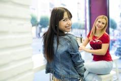 Друзья в баре, 2 девушки выпивая в ресторане Стоковые Изображения