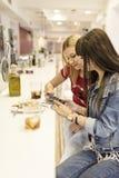 Друзья в баре, 2 девушки выпивая в ресторане Стоковая Фотография RF