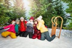Друзья в зиме носят иметь счастливое время снаружи Стоковые Изображения