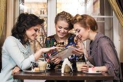 Друзья в кафе Стоковые Изображения RF