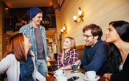Друзья в кафе стоковые фотографии rf
