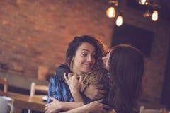 Друзья в кафе стоковая фотография rf