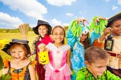 Друзья в конце стойки костюмов хеллоуина Стоковая Фотография