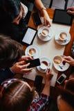Друзья в кофе кафа выпивая Стоковое Фото