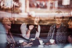 Друзья в кофе кафа выпивая стоковое изображение rf