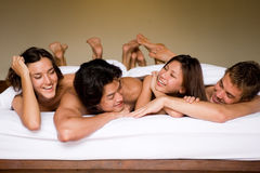 Друзья в кровати Стоковые Изображения RF