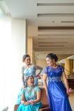 Друзья в мантии вечера элегантной одежды голубой Стоковые Изображения