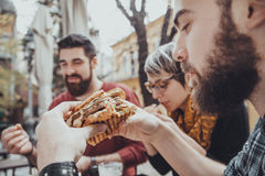 Друзья в ресторане фаст-фуда стоковое фото rf
