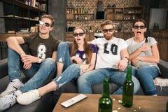 Друзья в стеклах 3D смотря кино Стоковая Фотография