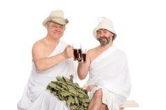 Друзья в традиционных kvas питья купая костюмов стоковые фотографии rf