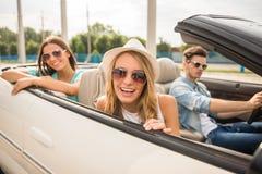 Друзья в cabriolet Стоковая Фотография